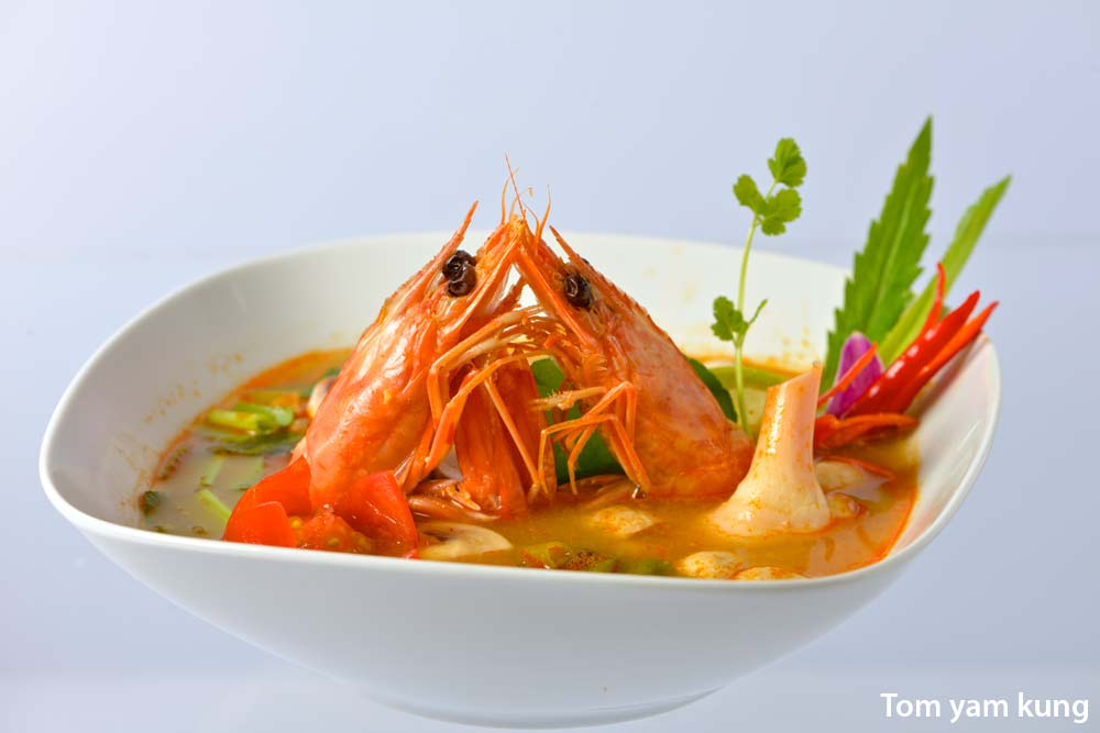 Tom Yum khung/Khai.> Spicy prawns/chicken soup with mushrooms ...